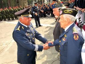 El Gral. de División Sergio Alejandro  Pérez Castillo, Comandante de la Región Aérea del Centro saludando al Cor. Fapa. Ret. Carlos Garduño Núñez, Veterano del Escuadrón 201.