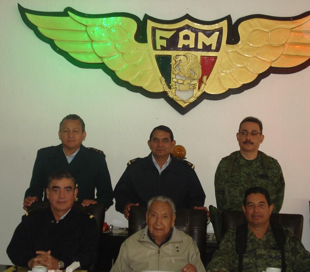 Autoridades del Colgio del Aire acompañan al prediente de la AMV II GM.A.C. Material propiedad de la AMV II GM.A.C