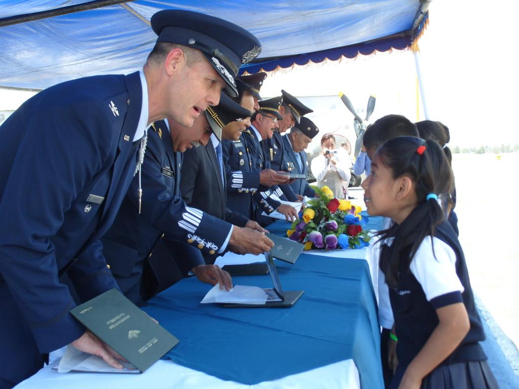Alumnos ganadores recibiendo su reconocimiento.