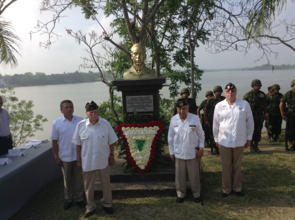 Veteranos de la FAEM y socios civiles de la Asociación Mexicana de Veteranos de la II Guerra Mundial A.C. durante la guardia de honor.