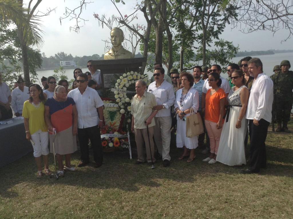 Familiares del Tte. P.A. Fausto Vega Santander, depositaron una ofrenda.