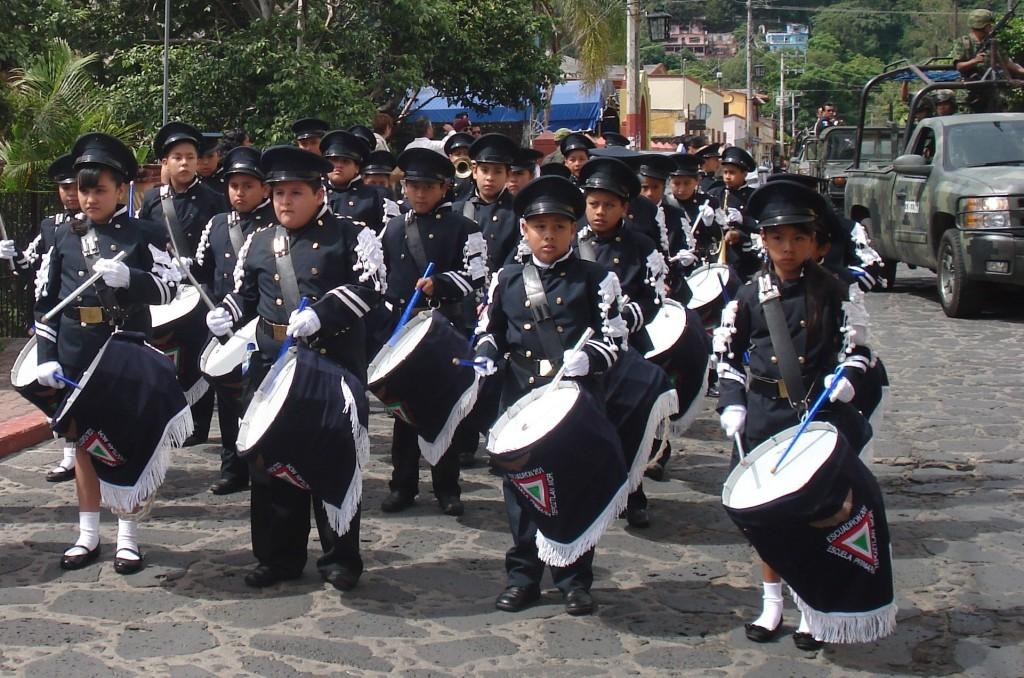 Recepción a la entrada del Pueblo por la Banda de Guerra de la Escuela Primaria Escuadrón 201.
