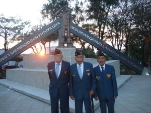 """Veteranos de la AMV II GM A.C. al frente del Monumento en su honor durante la inauguracion del parque """"Escuadrón 201"""". La figura corresponde al General P.A.  Radamés Gaxiola Andrade, Comandante de la FAEM."""