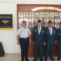 Miembros de la FAEM en la Galería de Comandantes en la BAM 6, acompañados del Mayor FAAMA DEMA Salvador Bravo Alvarez.