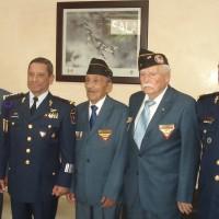 Veteranos en el salón de recepción acompañados del Comandante de la FAM, Gral. de Div. P.A. DEMA Carlos Antonio RodrÍguez MunguÍa y el Comandante de la RASE Gral. de Div. P.A. DEMA Manuel de Jesús Hernández González.
