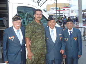 Veteranos en compañía del Tte. FACV Iram Pulido Román, autor de la escultura del Piloto del Monumento.