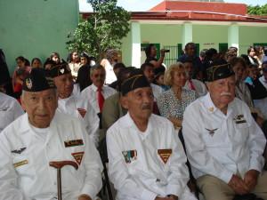 Veteranos asistentes al festejo que organiza el Ayuntamiento de Tepoztlán y la Escuela Primaria Escuadrón 201.