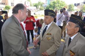 El Excelentisimo Embajador Malayán recibe a nuestros Veteranos durante la inauguración del mural a los Héroes Caídos.
