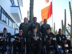 Veteranos en compañía de pilotos de la FAM durante la celebración del Día de la Fuerza Aérea realizado en la BAM No. 18 en Hermosillo, Son.